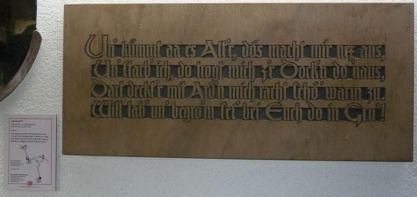 "Tafel 3 des Projekts ""Es Gru"" am Friedhof Grub in Szene gesetzt"